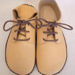 手縫いの外履き靴 ベージュ