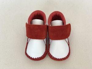 太いストラップ子ども靴 赤 上から