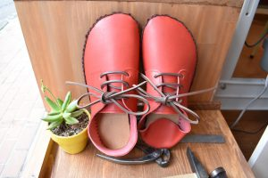 手縫いの部屋履き靴 赤