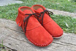 手縫いのフリンジ靴 赤