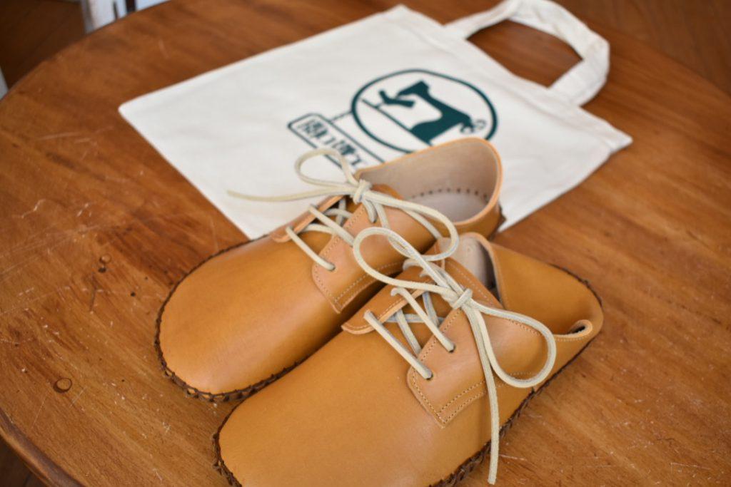 手縫いの外履き靴 キャメル