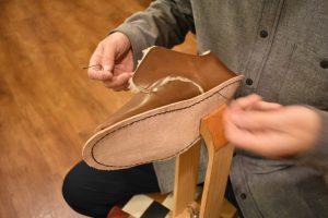 ボアのふくろ縫いひも靴 作業風景
