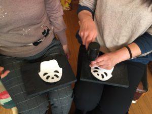 パンダの子ども靴 穴あけ作業