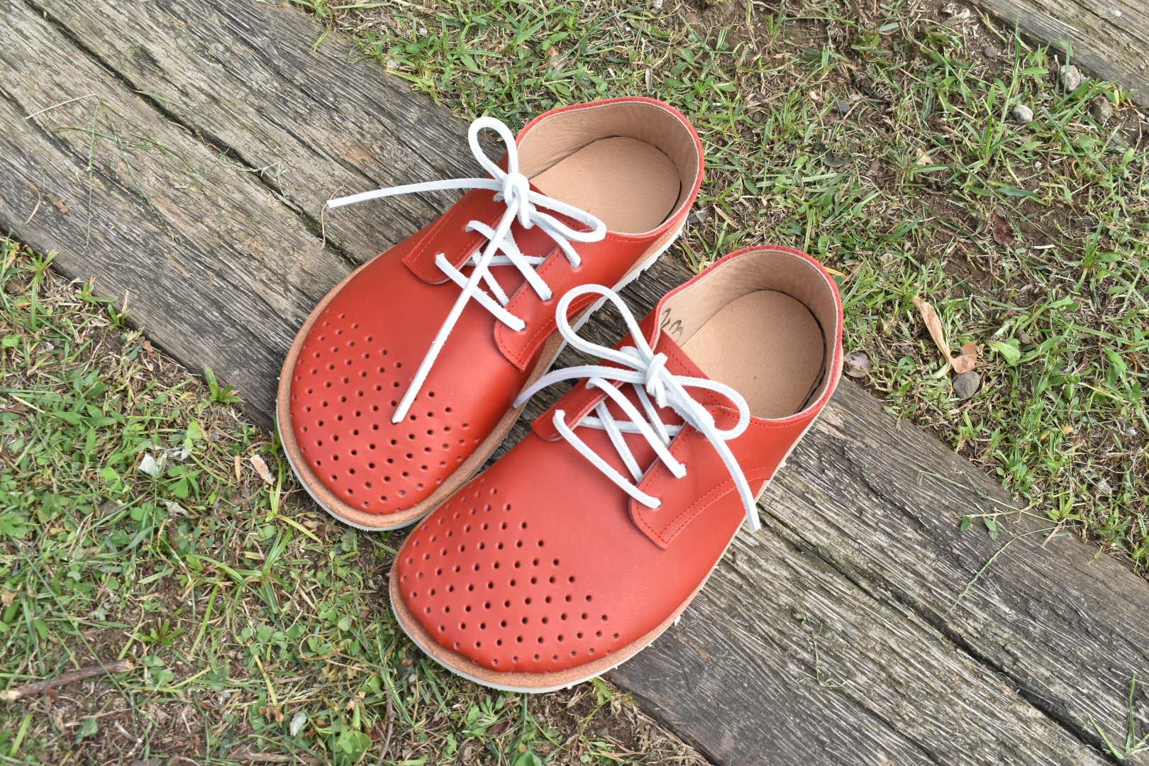 穴あきドット ふくろ縫いのひも靴 赤